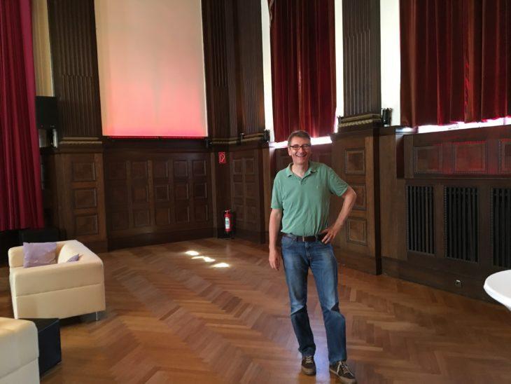 Costello beim Besuch des Meister-Saals