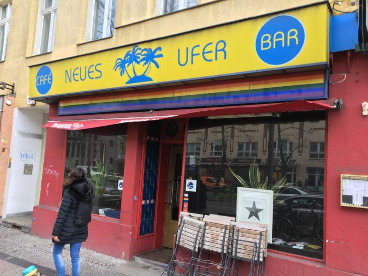 """Früher hieß diese Bar """"Anderes Ufer"""". Bowie nahm in der beliebten Schwulenkneipe, die direkt neben seiner Wohnung liegt, gerne sein Frühstück ein. Foto: Costello"""