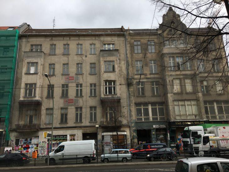 Berlin ist heute ziemlich herausgeputzt. In den 70ern sah es oft noch so grau und schäbig aus, wie diese beiden noch umrenovierten Häuser in der Friedrichstraße.