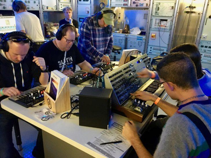 Kein Testbericht kann einem das Selberausprobieren abnehmen. Synthesizer-Fans auf der Superbooth 2019 in Berlin.