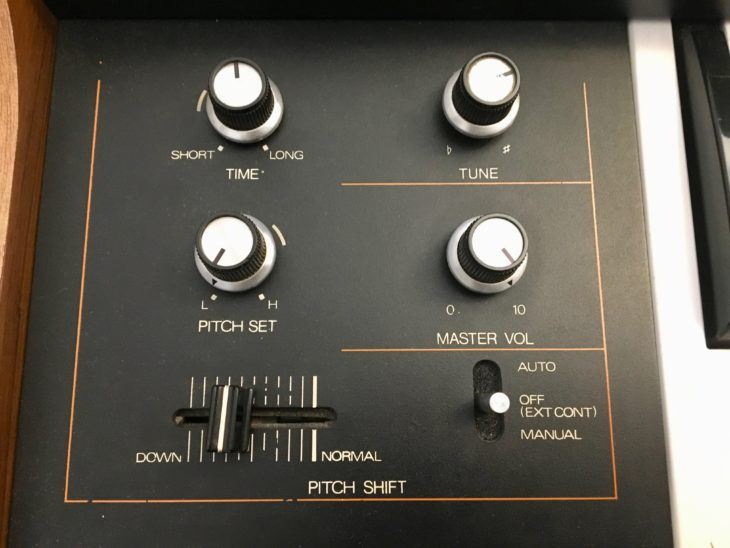 Der Volume-Regler kratzt bei diesem 40 Jahre altem Instrument. Und der Pitch Shift-Regler hängt auch schon etwas auf halb acht.