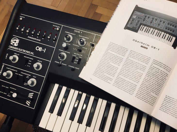 Becker bespricht mehrere Oberheim-Synthesizer in seinen beiden Bänden. darunter den OB-1, den einzigen einstimmigen Synthesizer der Firma, wenn man von den SEM-Modulen absieht.