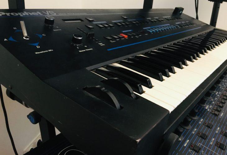 """Es gibt auch ein paar überraschende Fehlstellen in """"Synthesizer von Gestern"""": So den Prophet VS von 1986, der ganz sich zu den Klassikern zählt."""