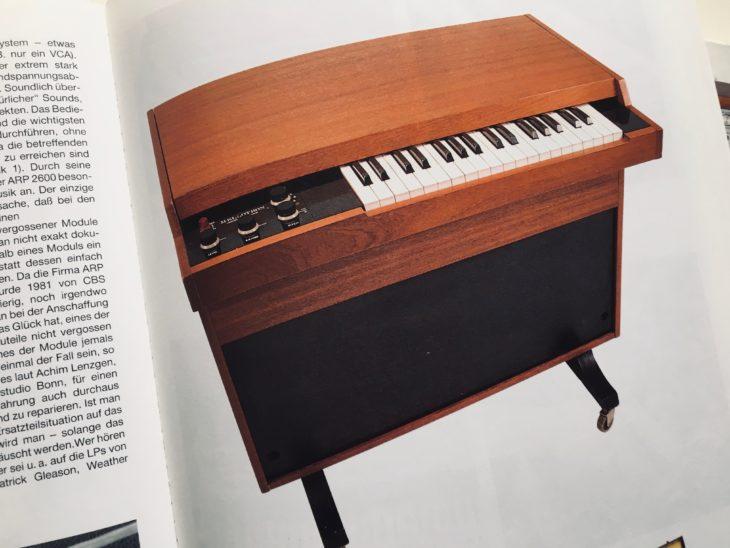 """Anderes als der Titel suggeriert, enthält """"Synthesizer von Gestern"""" auch einige Instrumente, die zweifelsfrei nicht den Synthesizern zuzurechnen sind."""