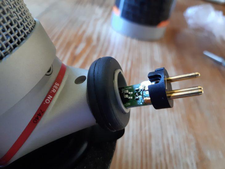 Um an die Schalter zu kommen, muss die XLR-Buchse entfernt werden