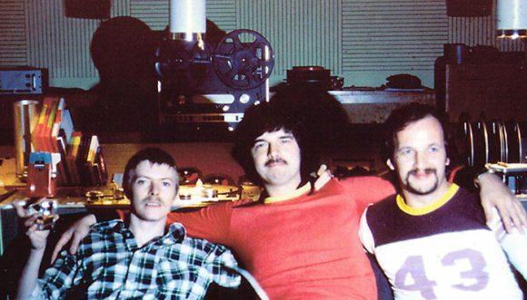 Ein Zeitdokument: David Bowie in den Hansa Studios. In der Mitte sein Produzent Tony Visconti, rechts der Toningenieur Eduard Meyer
