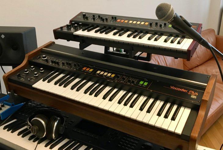 Im Musikzimmer traut vereint: Der Roland VP-330 und der Behringer VC340.