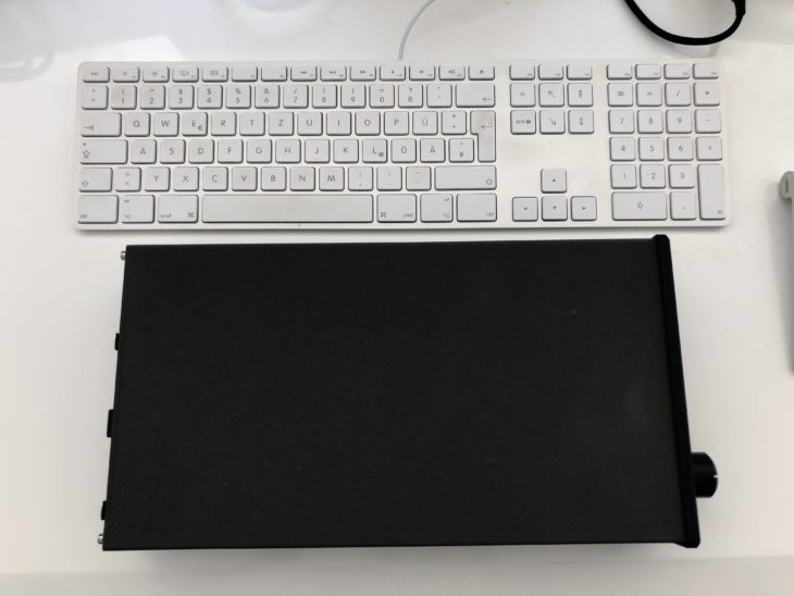 Violectric HPA V280 Groessenvergleich mit Apple Tastatur