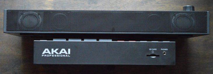 AKAI MPC ONE hat den Kopfhöreranschluss und den SD-Karten-Slot vorne, die AKAI MPC LIVE II entsprechedn hinten