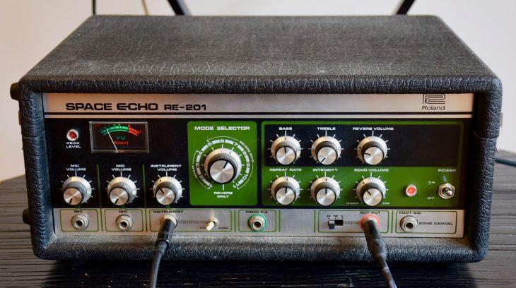 Das Roland Space Echo verkabelt.