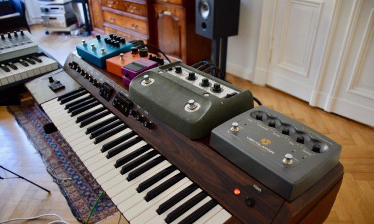 Der Yamaha SS-30 und eine Reihe von Effektgeräte - darunter auch der Boss CE-1.