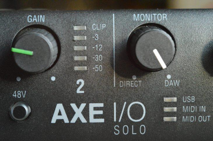 Über den Monitor stellt man die Mix-balance zwischen Gitarrensignal und DAW ein