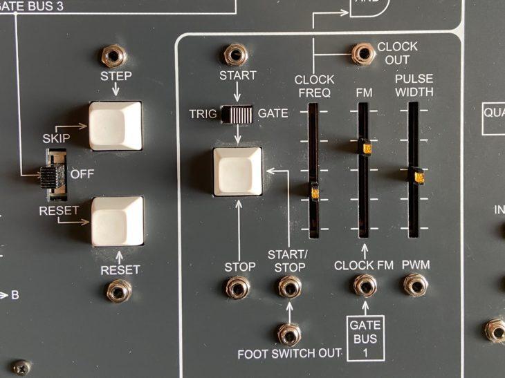 Im mittleren Panel-Bereich befinden sich die Drucktaster für Reset, Skip, sowie Start/Stop. Außerdem die Steuerzentrale für das Tempo der Sequenz.