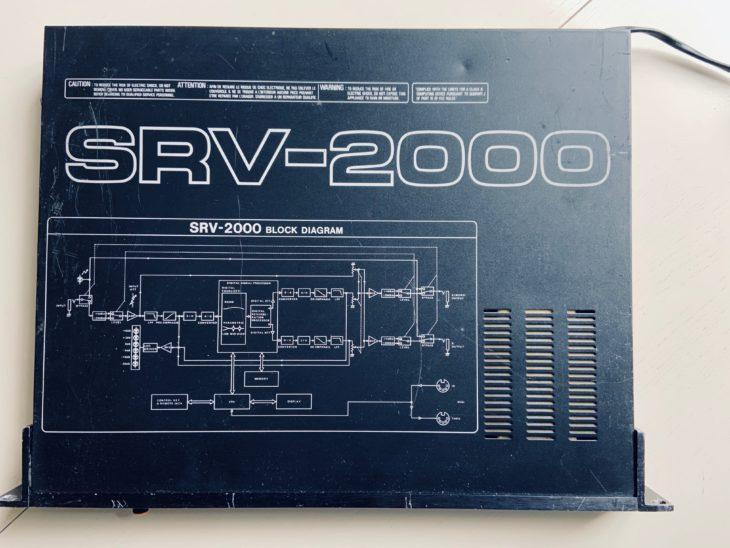 Die Geräteoberseite des Roland SRV-2000 mit dem aufgedruckten Schaltdiagramm.