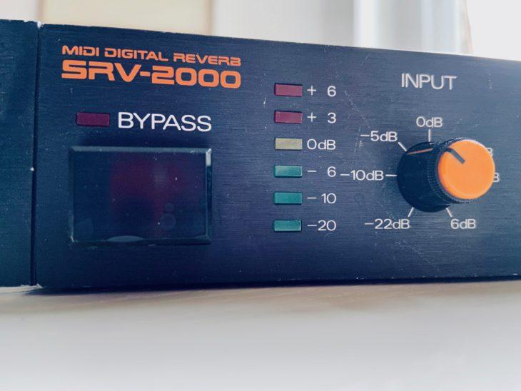 Die Beschriftung ist Roland-typisch in orangener Farbe