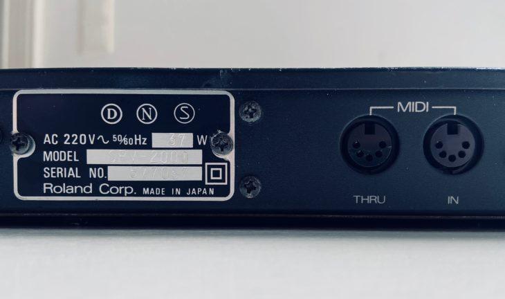 Das Roland SRV-2000 verfügt über MIDI IN und Thru