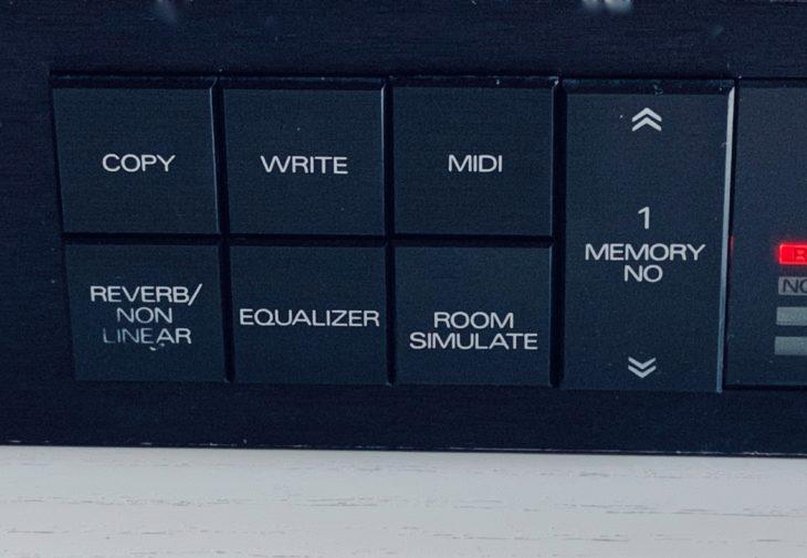 Für jede wichtige Funktion besitzt das Roland SRV-2000 einen dezidierten Schalter.