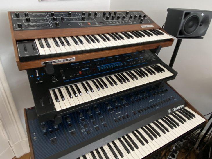 Drei polyphone Vintage-Synthesizer: Prophet 5 und VS von Sequential Circuits und der Oberheim OB-8.