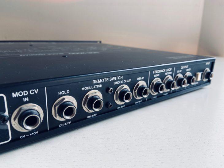 Die Anschlüsse des Roland SDE-2000 sind asymmetrisch