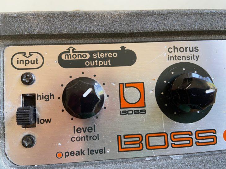 Die Eingangsempfindlichkeit des Boss CE-1 kann von Low auf high umgestellt werden