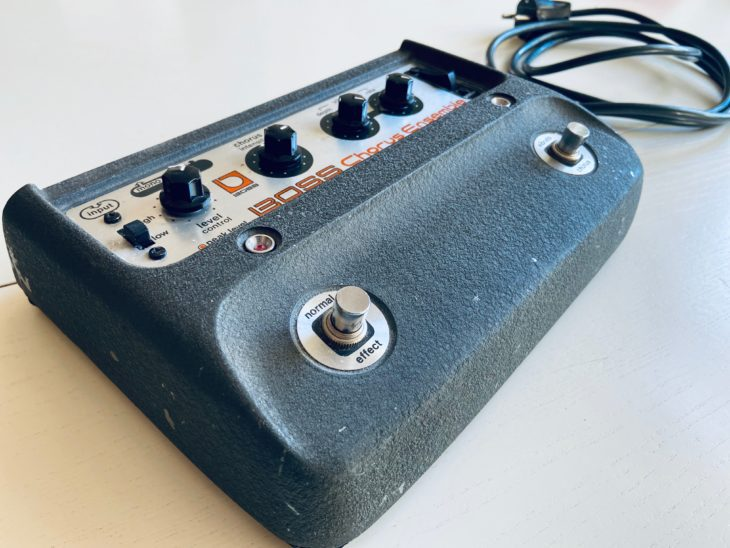 Das Boss CE-1 und das festverbundene Kabel.