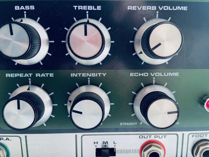 Viele Drehknöpfe, um die Funktionen des Space Echos zu regeln.