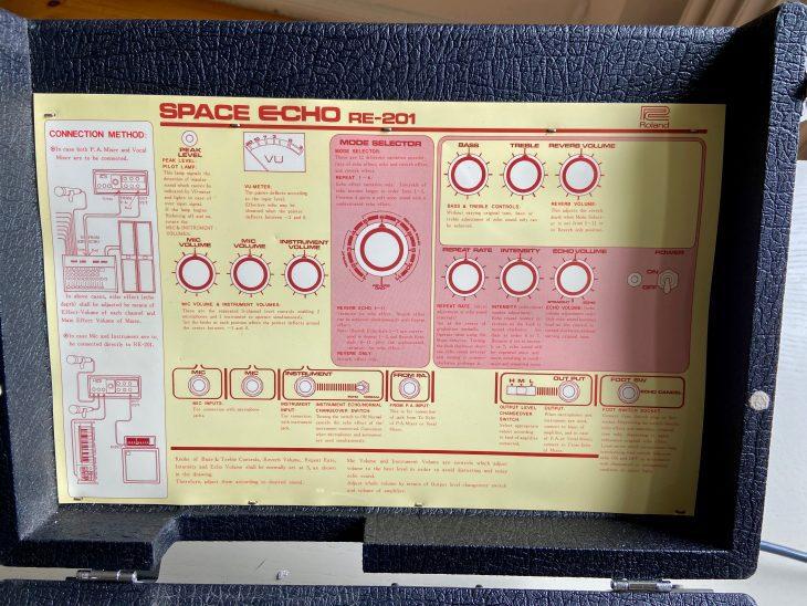 Die Bedienungsanleitung für das Space Echo ist im Deckel untergebracht.