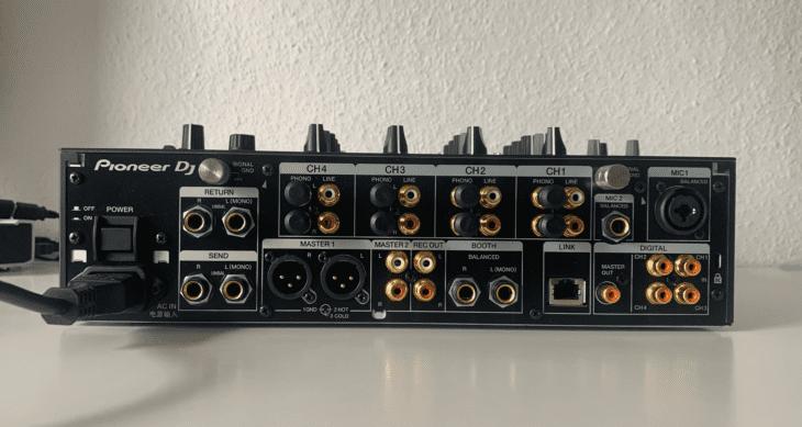 Die Anschlüsse des DJM-900 NXS2.