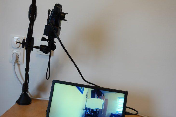 Zoom Q2n-4K an Halterung mit Monitor
