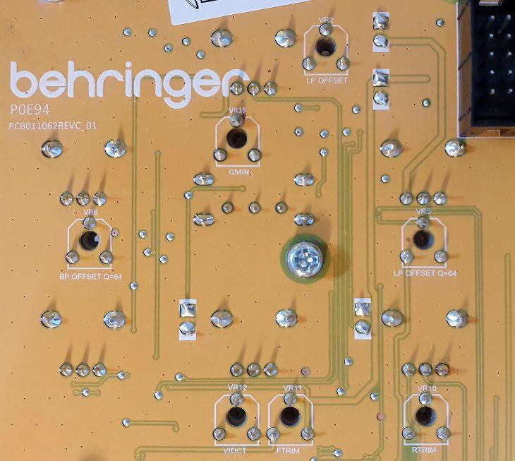 Behringer 1047 Rückseite
