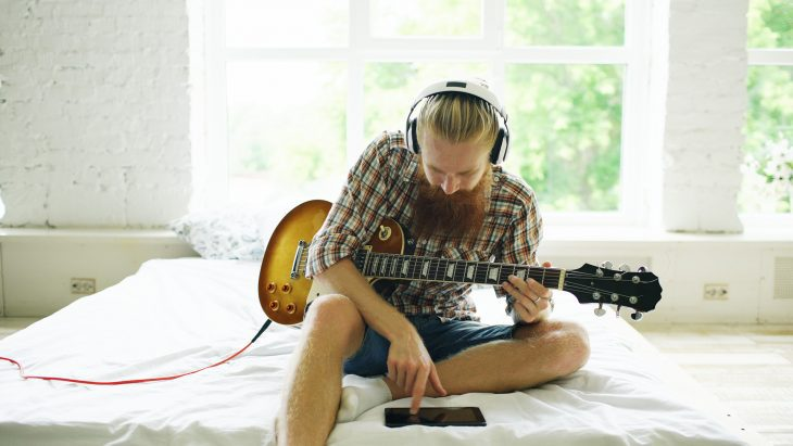 Kann man Gitarre mit Kopfhörer spielen?