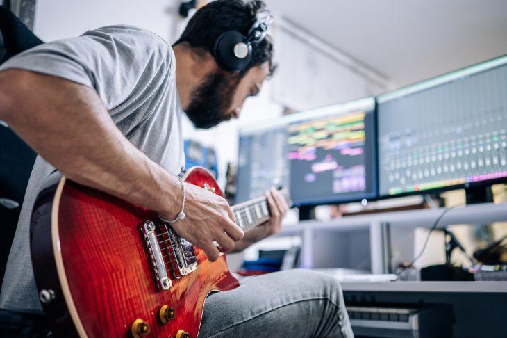 So spielst du Gitarre ohne Verstärker