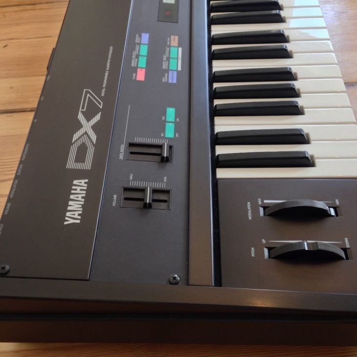Report Tony Banks, Yamaha DX-7
