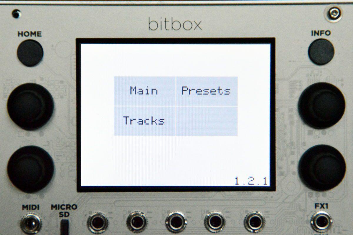 Der Startscreen enthält die Versionsnummer der Firmware.