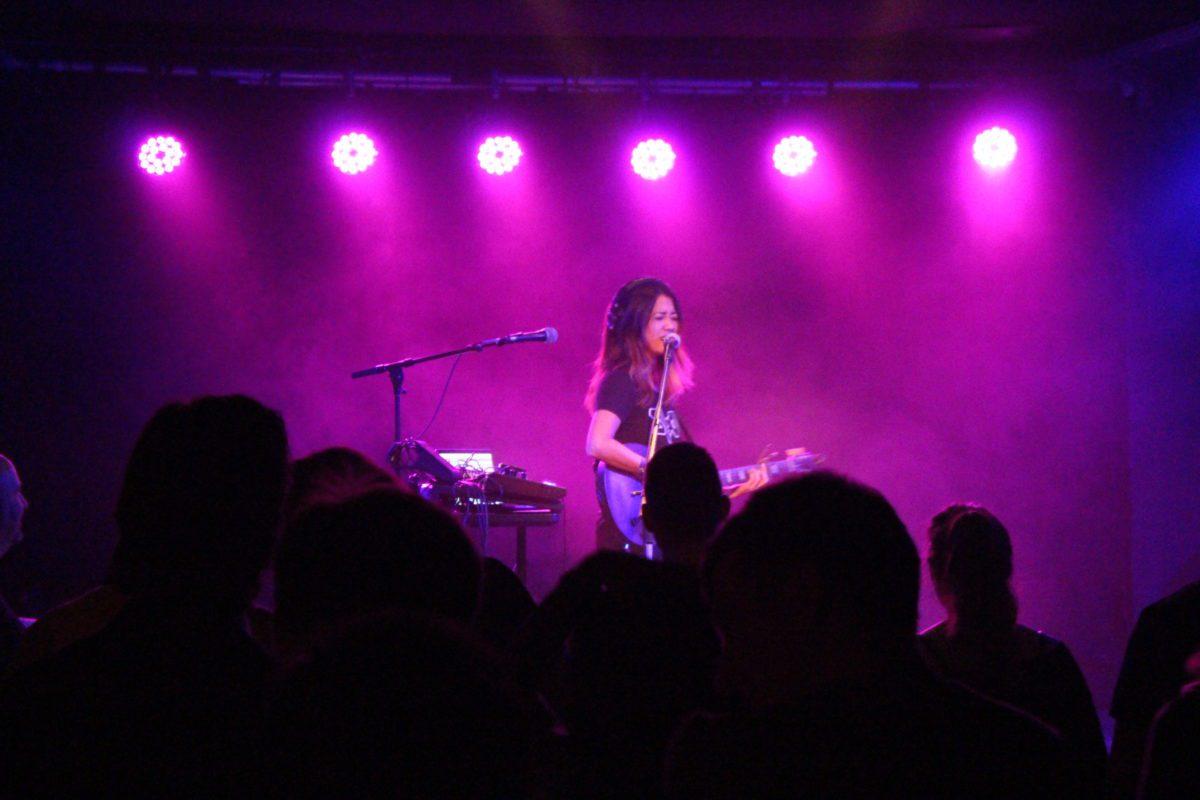 Kawehi im Konzert auf Bühne