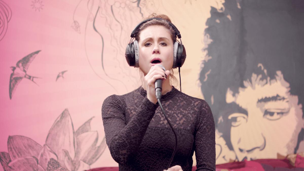 Online Singen lernen am Mikrofon im Online Workshop mit carina Böhmer.