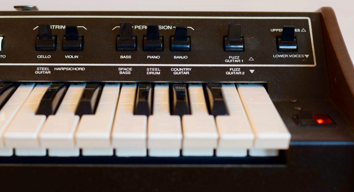 Der Schalter ganz rechts entscheidet, ob bei einem Preset das untere oder obere Instrument erklingt.