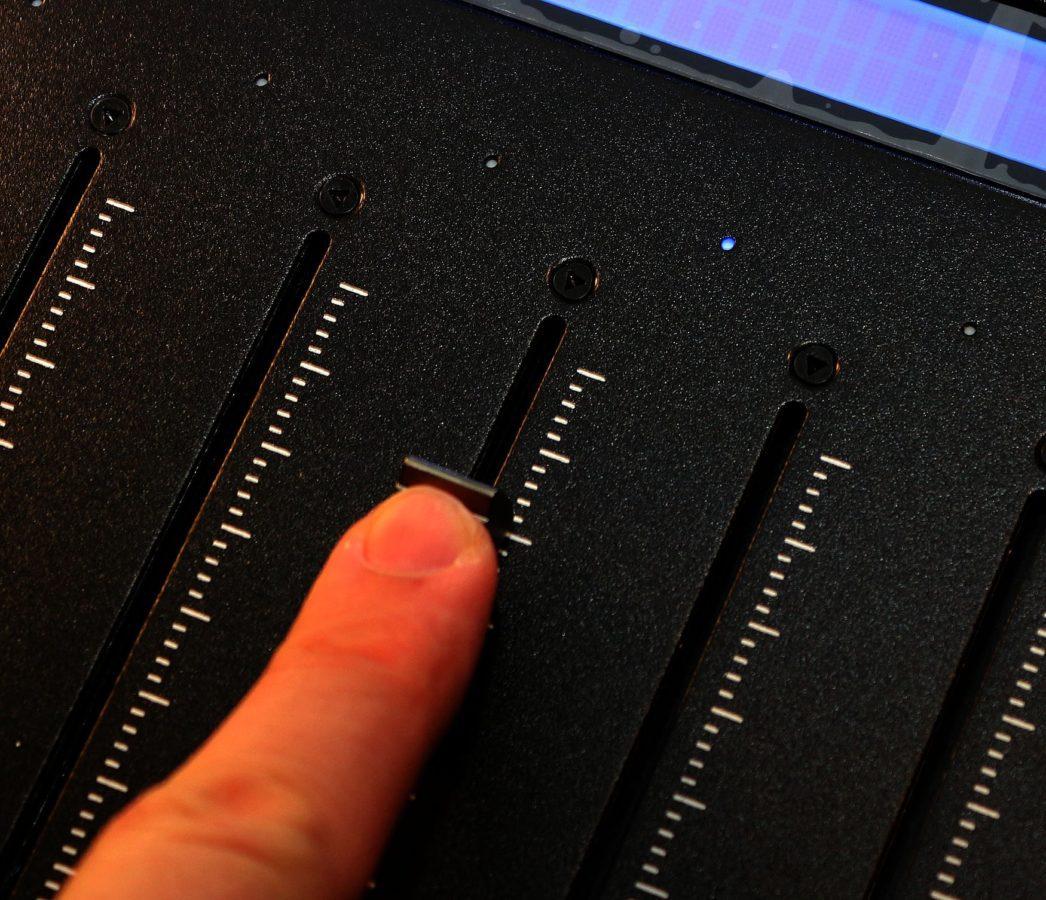 Die blaue LED zeigt an, dass der Fader berührt wird. Wichtig für gute Automatisierung!