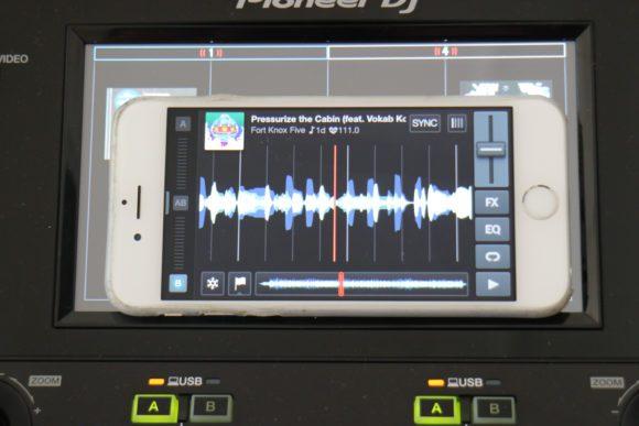 zum Größenvergleich, ein iPhone vor einem der Displays.