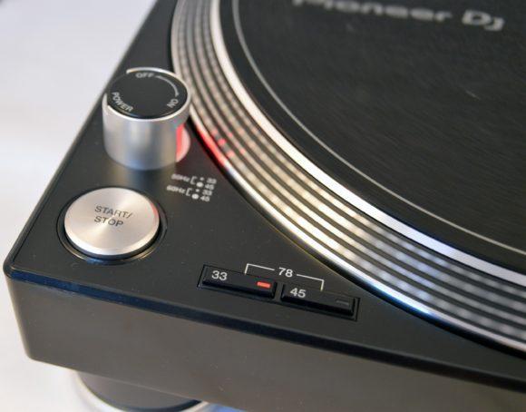 Der Start-/Stop-Knopf dürfte jedem Pioneer Nutzer bekannt sein