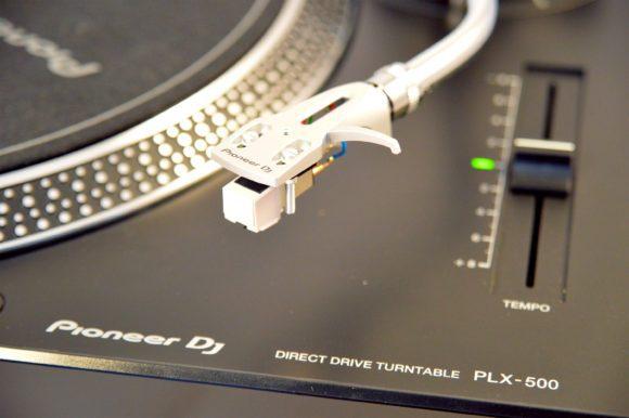 Sofort startklar: Ein System am Headshell liefert Pioneer mit.