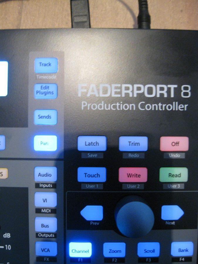Die vier Buttons (links oben) regeln welche Parameter die Fader steuern