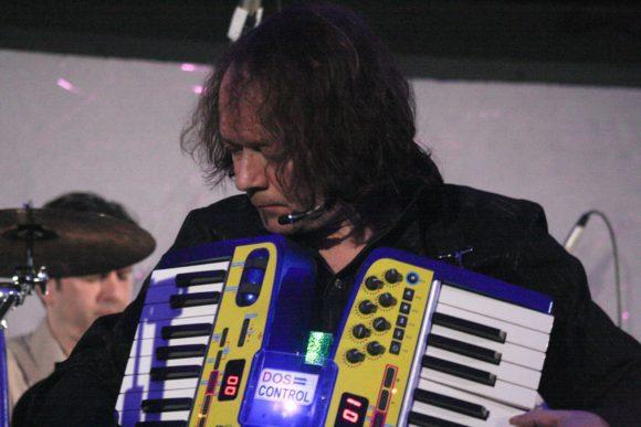 """Robert mit seinem selbstgebauten """"MIDiKON"""" 2011 live in Bochum"""