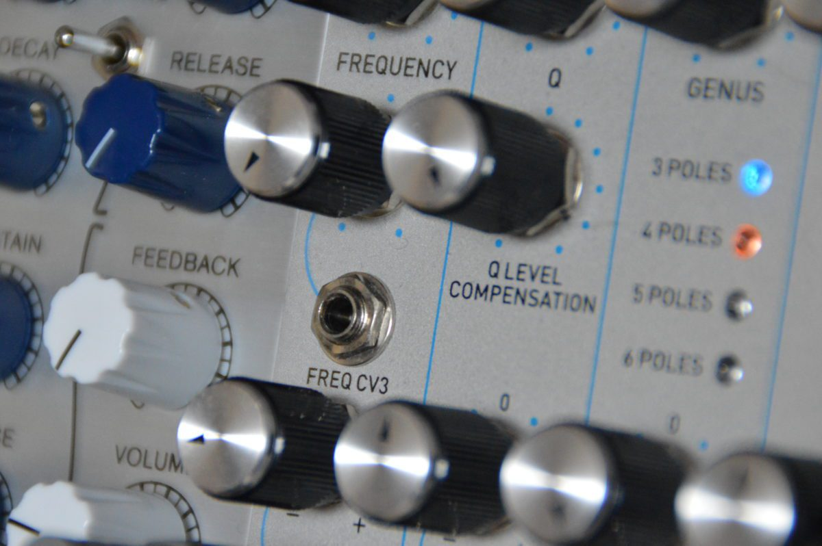 Für die Frequenz(Cutoff)-Steuerung stehen gleich drei CV-Eingänge bereit.