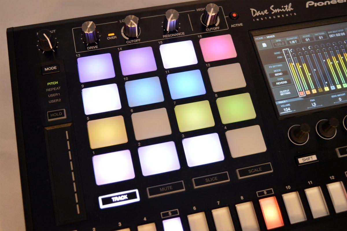 16 anschlagdynamische Pads mit farbigen LED laden zum Spielen ein