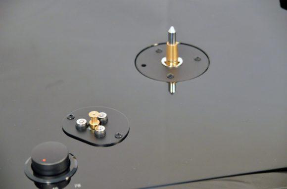 Der Plattenteller kommt einzeln, der Riemen muss noch auf den Antrieb gelegt werden