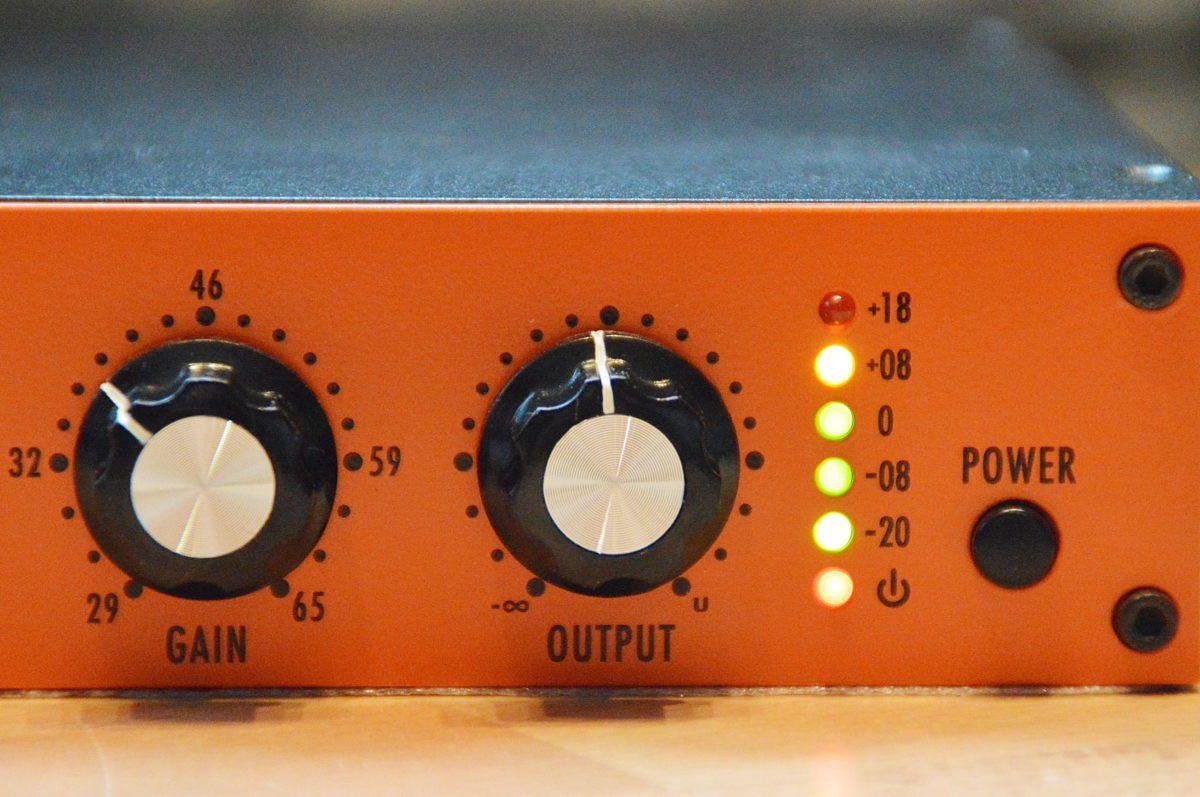 Nun endlich mit Aussteuerungsanzeige und einem Ausgans-Poti um das Signal hinter dem Ausgansübertrager zu bändigen.