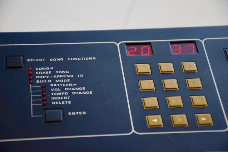 Die Drumtraks im Songmodus: Das linke Display zeigt, dass der 20 Schritt im Song gespielt wird. Rechts sehen wir, dass gerade das Pattern 37 wiedergegeben wird.