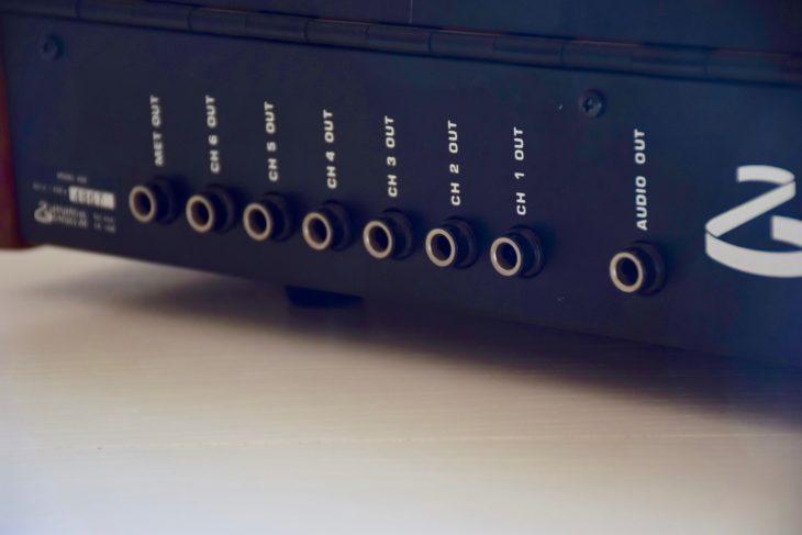 Die Ausgänge der einzelnen Instrumentenkanäle sowie der Ausgang für das Metronom. Audio out liefert den Gesamtmix als Mono-Signal. Hier kann auch ein Kopfhörer angeschlossen werden.