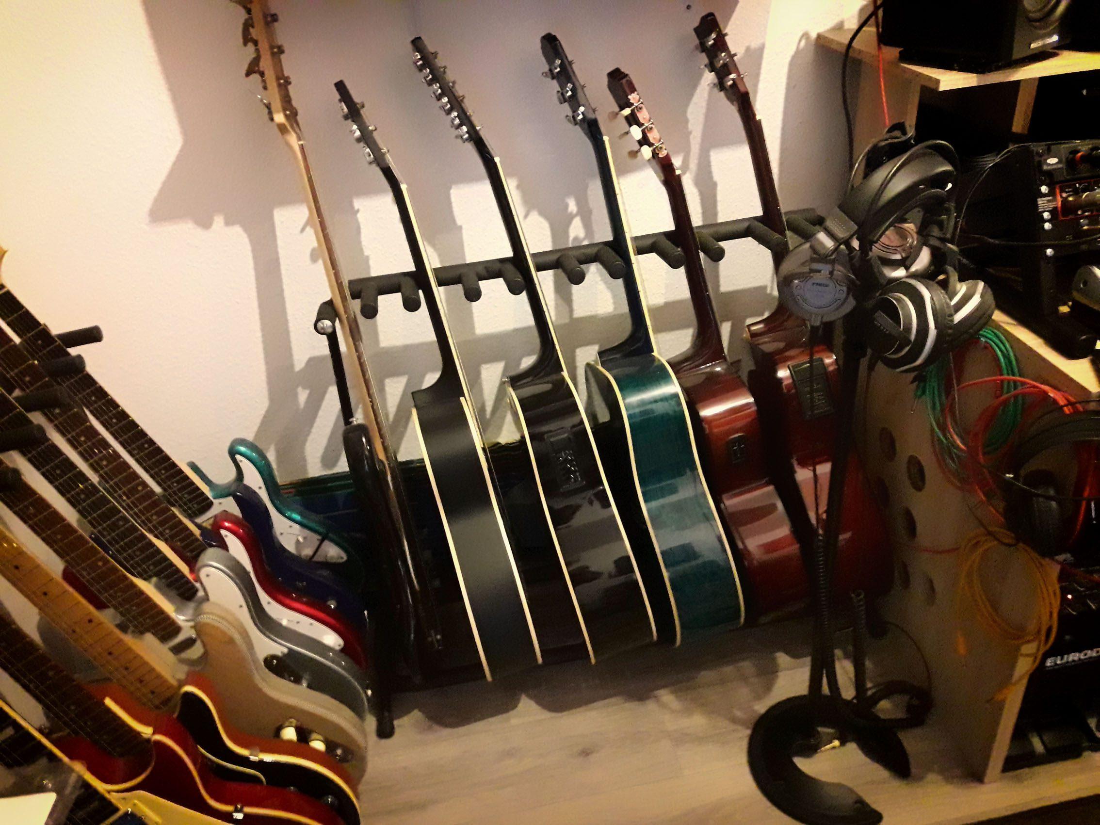 Diverse Gitarren (Godin, Baboushka, Jack and Danny, Squier, Harley Benton)